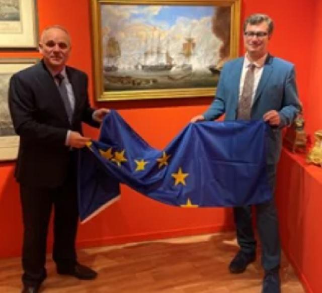 ΟΣασόλι δώρισε τη σημαία της ΕΕ στο Μουσείο Φιλελληνισμού