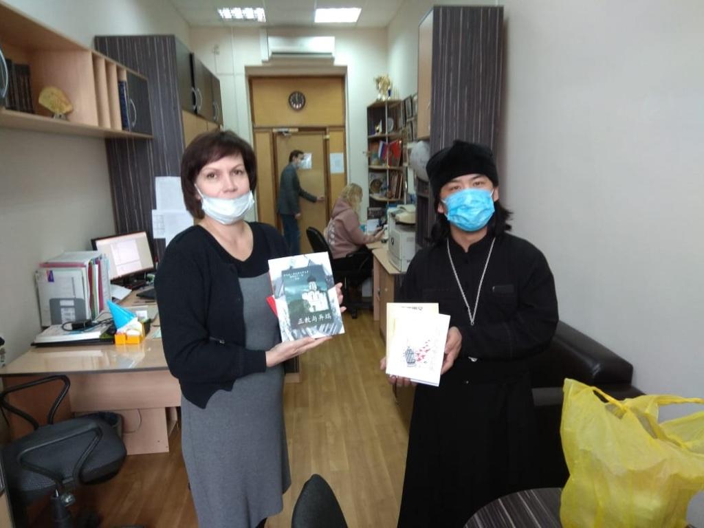 Δωρεά ορθοδόξων βιβλίων στην Κίνα